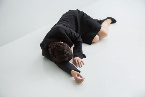 貧血で倒れる女性