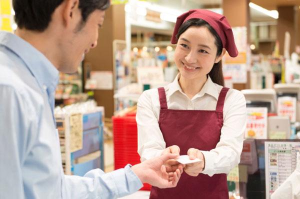 スーパーで働く女性